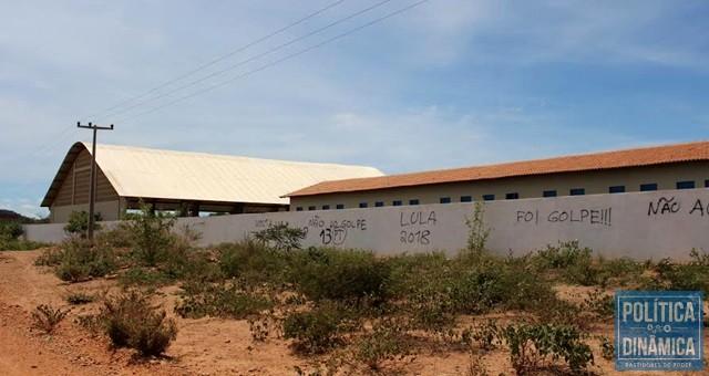 Sem funcionamento, escola foi pichada (Foto: Gustavo Almeida/PoliticaDinamica.com)