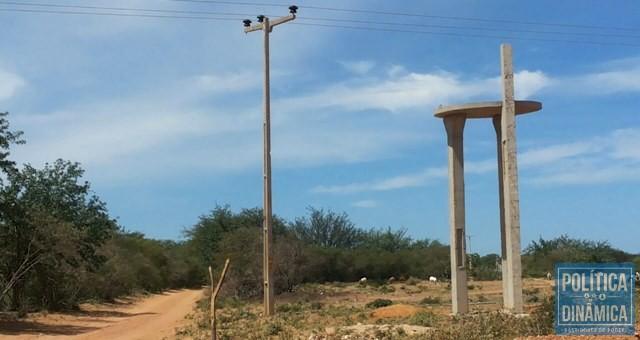 Caixas d'água da adutora nunca foram instaladas (Foto: Maria Amélia Almeida)