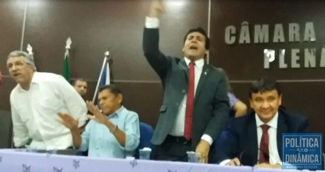 Deolindo e João de Deus tentam acalmar militantes (Foto: Gustavo Almeida/PoliticaDinamica)