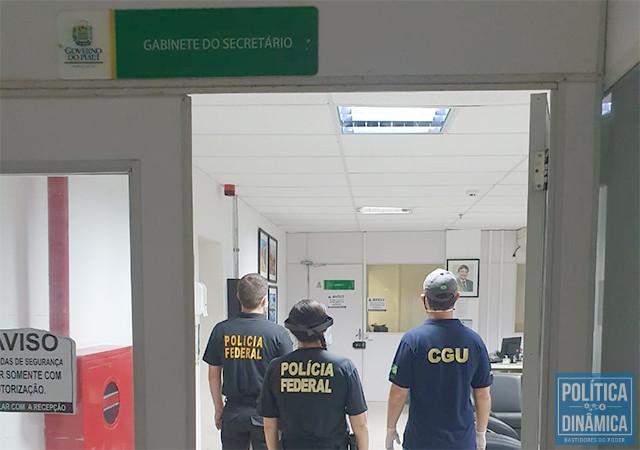 PF E CGU: agentes e auditores estiveram no gabinete do secretário Florentino Neto; no detalhe, a foto de um governador sorridente (foto: ASCOM PF)