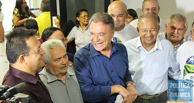 Álvaro Dias foi recebido no aeroporto pelo senador Elmano Férrer e outros pré-candidatos a cargos eletivos em 2018, como é o caso do Dr. Pessoa (SD) e do coronel Wagner Torres (ainda sem filiação partidária), que deve disputar vaga na Câmara Federal (foto: Marcos Melo | PoliticaDinamica.com)