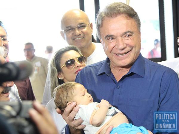 Uma mãe pediu para que Álvaro segurasse seu bebê; o presidenciável afirmou que o Podemos e ele próprio trabalham para o futuro dessa geração (foto: Marcos Melo | PoliticaDinamica.com)