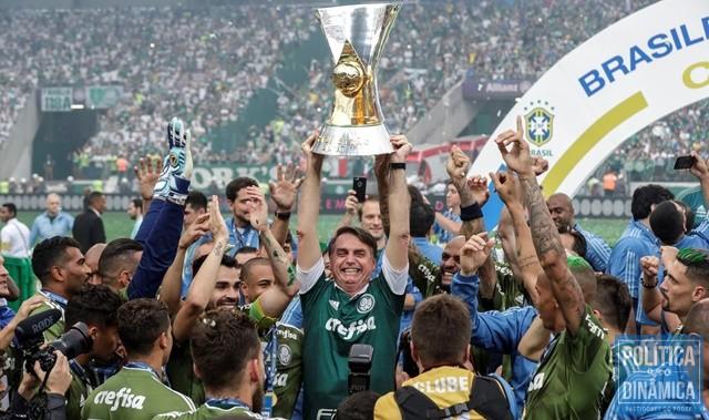 0806c199ae4b Bolsonaro ergue a taça de campeão na Arena do Palmeiras (Foto: EFE/Sebastião