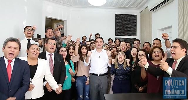 5e5c0167 Em vídeo que circula nas redes sociais, Celso já aparece cercado de amigos  advogados apontando