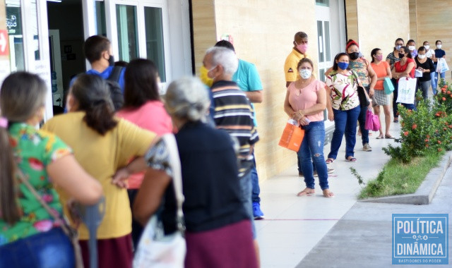 Usuários na fila em busca de medicamentos (Foto: Jailson Soares/PoliticaDinamica.com)