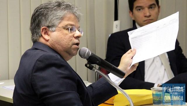 Gustavo Neiva exibe lista com mais de 60 obras (Foto: Marcos Melo/PoliticaDinamica)