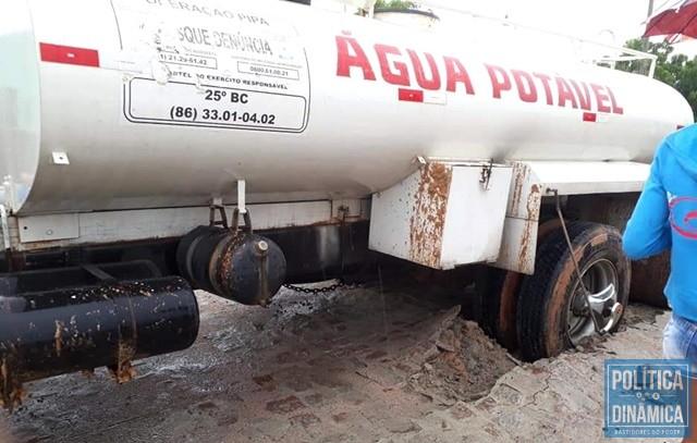 2efda04bbbd23 Caminhão atolou no trecho pavimentado (Foto: Reprodução/Facebook)
