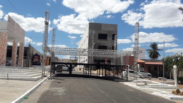 Estrutura de palco estava sendo montada na praça (Foto: Reprodução/Redes Sociais)