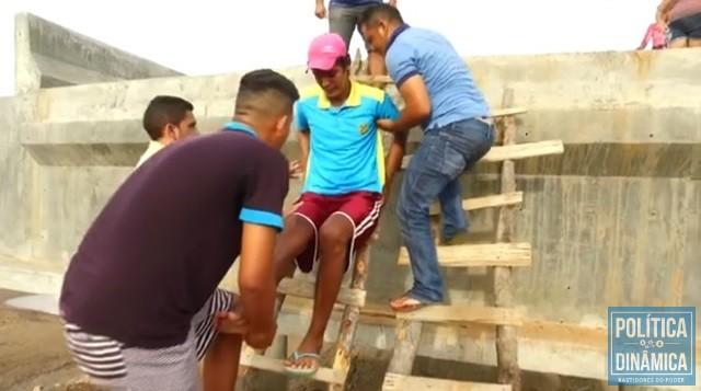 Homem com perna fraturada é auxiliado na ponte (Foto: Reprodução/TV Globo)