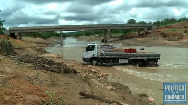 Obra parou sem que cabeceiras da ponte fossem feitas (Foto: Reprodução/TV Globo)