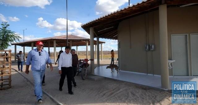 O ex-prefeito Zé Neci (de boné vermelho) foi a liderança local que acompanhou o governador W. Dias (Foto: Divulgação/Governo do Estado)