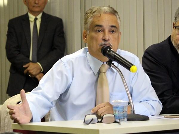 """cc77f86ba DEPUTADO CHAMA CUBANOS DE """"CURANDEIROS"""" - Gustavo Almeida - Política  Dinâmica"""